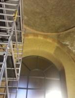 Ook binnen wordt hard gewerkt; het schoonmaken geeft de kerk een heel ander aanzien.