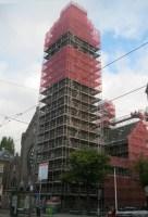 Ook de toren staat in de steigers.