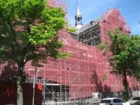 De kerk in de steigers.