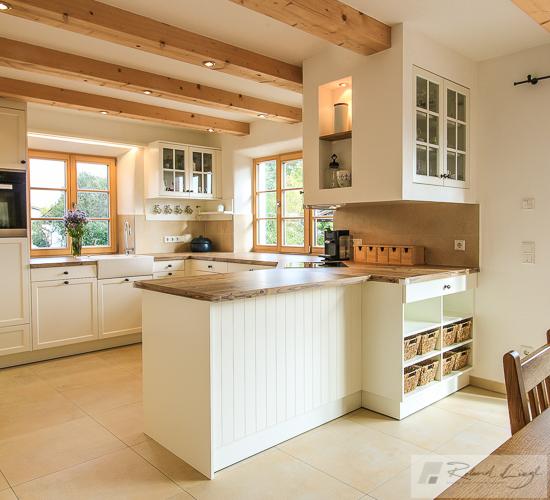 Sichtbetonküche mit verschiebbarer Bar - küche landhaus weiß