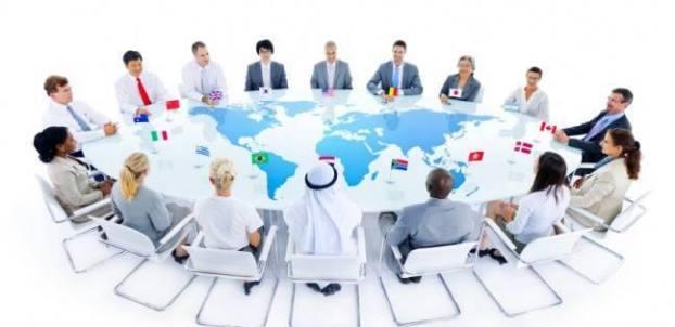 שולחן ורוד עם מפת העולם
