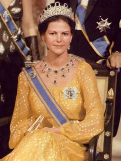 Queen-Silvia-blue-gems-4