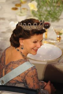 Queen-Silvia-blue-gems-8
