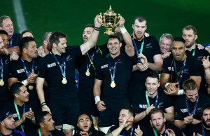 LONDON, ENGLAND - OCTOBER 31:  Richie McCaw of New Zealand and Dan Carter of New Zealand hold aloft the Webb Ellis Cup following the 2015 Rugby World Cup Final match between New Zealand and Australia at Twickenham Stadium on October 31, 2015 in London, United Kingdom.  (Photo by Stu Forster/Getty Images)