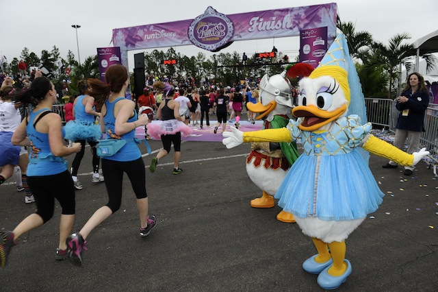 Daisy Duck waves runners in