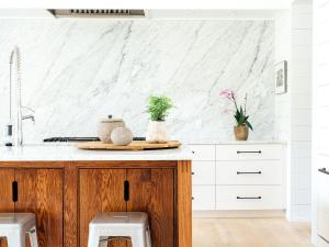 marble-wall-shiplap-oak-island-kitchen_0_0