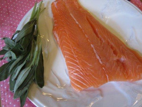 Ein gutes Lachsfilet und frischer Salbei - sehr schöne Kombi