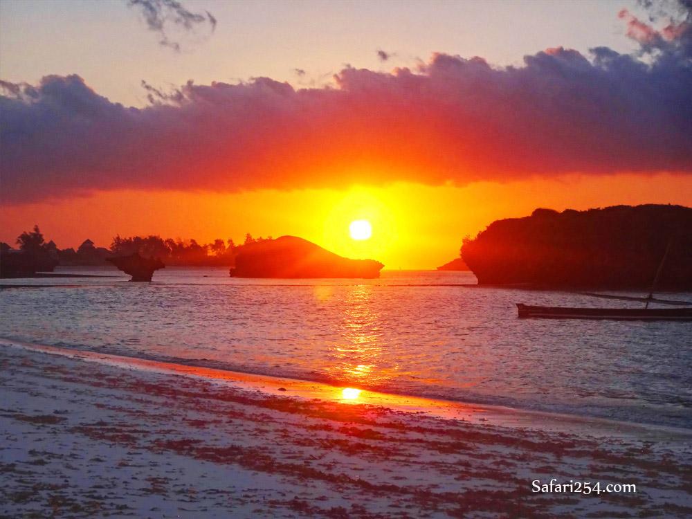 Watamu beach_sun between rocks