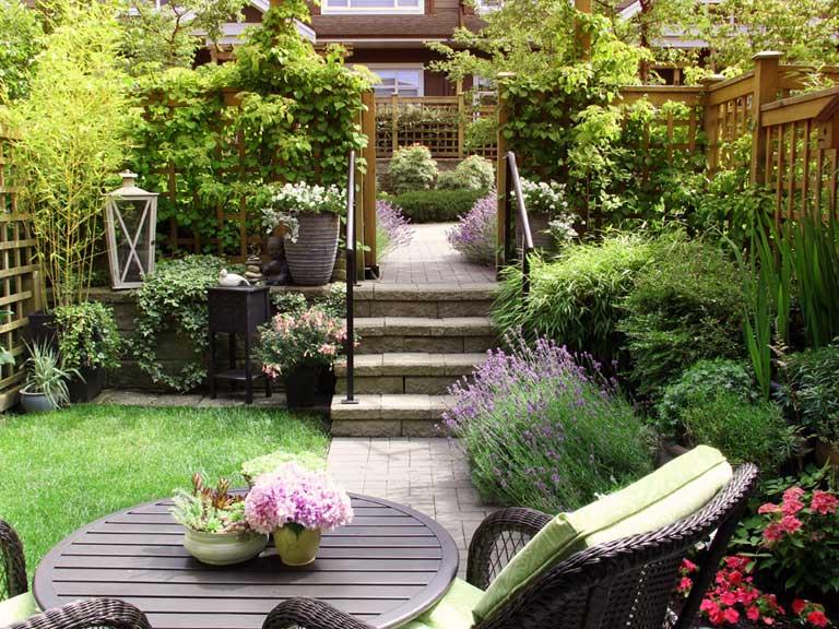 small courtyard garden ideas uk