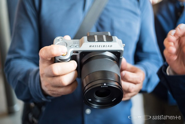 hasselblad-x1d-in-mano