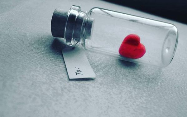 Seni sevmek;Erimekte olan kar tanesininKoca bir çığa dönüşmesi demek.Seni sevmek;Eşkali belirsiz yürek yangınlarınaFaili meçhul ateş olmak demek.Seni sevmek;Hüküm yemiş hayallere af demek.Seni sevmek;Kağıdın enstrüman, kalemin mızrap olması demek.Seni sevmek;Yerinde duramayan kıpır kıpır çocuk olmak demek.Seni sevmek;Kırkikindi yağmurlarında sırılsıklam ıslanmak demek.Seni sevmek;Yağmur sonrası toprak kokmak demek.Seni sevmek;Uçsuz bucaksız ummanlarda dalgalarla dalga geçmekdemek.Ve benim yapabildiğim tek şey;SENİ SEVMEK…  Sinan Yıldızlı / Sahildeki Şair#senisevmek