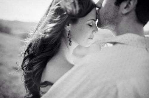 ADAM... Eliyle  başını  kaldırdı kadınınAlnından öptü ve dedikiEyy sen tapılası kadın,Hadi dök eteğindeki düş kırıklarınıBundan sonra ipoteklidir yüreğin yüreğimebundan sonra  sevilmektir  nasibin.... Sahildeki Şair Sinan Yıldızlı