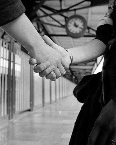 Merhaba sevdam...!Merhaba içimdeki  çıkmaz sokak, dilimdeki yasak türkü.Özlemimin başkenti merhaba.Nasıl da özlemişim o karanfil kokulu tenini.Katlanamıyorum ey yar, elin olmana katlanamıyorum.Yaşadığımız aşkı saatlere sığdırmaya katlanamıyorum.Birazdan sanki ben hiç yokmuşum hiç olmamışım gibi gideceksin.O lanet tren yine nispet yapar gibi götürecek seni benden.Şeytan diyor dayan kapısına, tut kollarından benimsin ulan de al götür.Sonra seni tamamen kaybetmek korkusu yok mu oturuyor yüreğime.?Nefesimi tutuyorum,ve zehir zemberek ne kadar düş varsa yutuyorum.Bir türlü aklımdan silemiyorum,kabullenemiyorum bir başkasının sana kadınım deyişini.Bir başka eli tutuşu.Başka bir tene dokunuşunu.Kalbin bendeyken bir başkasının oluşunu.Aman allahım sıkın artık şu tökezleyen kalbime o son kurşunu.Hadi git artık geç kalma.Tak parmağına yüzüğünü.Ulan hangi kalpsiz vicdansız yazdı bu aşkın tüzüğünü.Unutma beni.Unutma seni herkese herşeye rağmen sevdiğimi.Bana baktığın gibi bakma sakın ona.Bana güldüğün gibi gülme.Hoşçakal mahsendeki gülüm HOŞÇAKALSahildeki Şair Sinan Yıldızlı