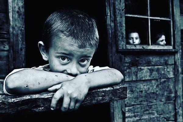 ANNESİZ BÜYÜYEN TÜM YÜREKLERE İTHAFEN..! Korkuyorum Anne;İnsanların sahteliğinden, iki yüzlülüğünden korkuyorum.Keşke hiç büyümeseydim Anne,Keşke ıhlamur kokulu kış akşamlarında,Penceresinden içeriye soğuk giren gecekondumuzda çocukolarak kalsaydım.Özledim Anne, seni özledim, çocukluğumu özledim,Portakal kasalarını yaktığımız sobanın üstüne portakalkabuğu koymayı özledim.Hani üstünü kirletme deyip beni sokağa yollamanıEve döndüğümde ne bu halin deyip azarlamanı özledim.Peşine takılıp pazara gitmeyi, o çok sevdiğim ve her defasındaparamız olsun alırız deyip de bir türlü paramız olmadığıiçin alamadığım Cim bom formasını çok özledimAnne.Bakkaldan aldığım ekmeğin ucunu kopartmayı, domatesiısırarak yemeyi, komşumuz Zehra teyzeyi çok özledimAnne.Salça kutusundan yaptığın kumbaramı, sandıkta sakladığınkundağımı, doğup büyüdüğüm sokağımı özledim Anne.Bakır kaplı güğümleri, sokaktaki düğünleri, mutlu olduğumo günleri çok özledim Anne.Cüzdanında taşıdığın siyah beyaz fotoğraftaki renkli gözleriniözledim Anne.Keşke yanımda olsan da o pamuk ellerini öpsem, koklasam,cennet kokan ayaklarına kapansam.Keşke kollarım olmasaydı da sen olsaydın, sana sarılamayan kolları ne yapayım ben Anne.Neredesin  Annem neredesin ?, ben seni çok özledim…! BU SÖZLERİ SANA YAZDIM KİTABINDAN.Sahildeki Şair Sinan Yıldızlı#busözlerisanayazdım