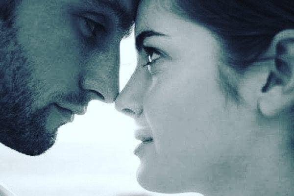 Bana sakın seni sevmediğimi söyleme!öyle seviyorum ki seni,çıplak gözle bakarsan yüreğimin derinliklerinde kaybolabilirsin,zor severim beni bilirsin,bu yüzden ağır gelebilir kendine olan güvenini bile kaybedebilirsin,haklısın belki parmağına taktığım bir yüzüğün yok,ama kulağına küpe olsun şiirlerim, kumsallar boyu adını yazmadığım, yada el ele tutuşup yıldızları saymadığım da doğrudur,ama bu seni kumsallara sığdıramadığım,yan yana geldiğimizde gözlerimi gözlerinden alamadığımdandır,bana sakın seni sevmediğimi söyleme!çünkü avaz bir türkünün nakaratıdır sevdamız,çünkü baktığın her yer ezberler yakut yeşili gözlerini,çünkü  yanan bir kentin tek ıslak sokağıdır dudakların,aldığım her nefes te her bir hücrem secde ederken sevdana,ruhumdaki kopan kıyametleri hayal bile edemezsin,öyle çok içimdesin ki soluduğun her nefes önce benim ciğerlerime dokunur,demem o ki ay parçam.! tıka basa sen doluyken,bana sakın seni sevmediğimi söyleme....! Sinan Yıldızlı