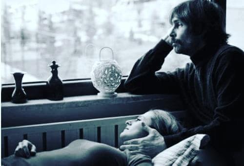Sen yüzümde nasıl bir neşesin farkında mısın?Farkında mısın? seni her şeye,herkese ve sana rağmen sevdi-ğimin.Farkında mısın ? başımdaki sevda yellerine sebep oluşunun,Gecemin,gündüzümün her saniyemin seninle geçmesini nasıldaistiyorum farkında mısın?Yaaa… yaşattığın mutluluğun farkında mısın?Belli ki hiç bir şeyin farkında değilsin.İstediğin kadar uzak dur benden ben seni sen olmadan da severim.Sadece benimde beynimi kemiren birkaç deli soru var,Başkada hiçbir şeyim yok, acım yok,kederim yok,gözyaşımyok,nefretim yok,Söylemesi acı ama sen bile yoksun,Sen gelmesen de, sevmesen de ben hep seveceğim,hadi gittin diyelim hiç mi aklına gelmeyeceğim,Dinlediğin şarkılarda hiç mi adım geçmeyecek,Benim çaresiz tükenişim hiç mi uykularını bölmeyecek,Tut ki saydıklarımın hiçbiri olmadı,peki kim seni benim kadarsevecek? kim sana cennet bahçem diyecek?Hatırlıyor musun? sana benden vazgeçer misin demiştim,sende asla demiştin,Bitti dediğin o gün bugündür asla kelimesinin anlamınıçözmeye çalışıyorum biliyor musun?Sinan Yıldızlı /Sahildeki şair#Şair #Şiir #Kitap #edebiyat #şiirsokakta #soz#deniz #yazarlarsokagi #İstanbul #sözsokakta #kadın #kadınım #Farkındamısın #özlemek #özlem #kapris#duygu #hasret