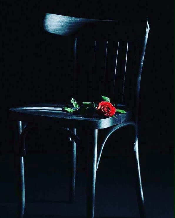 HEY MEYHANECİ.....Al bu şiiri yan masadaki hatuna ver.İçine bir tutam hayal bıraktım,Koklayarak okumasını söyle ona,Sarhoş ta sanmasın beni sakın,Az biraz abayı yaktım.MEYHANECİ...Birde şu plağı değiştir içinde ihtimaller olsun.Sabaha kadar söylesin Selma Hünel,İdare et bu gecede böyle olsun.Kimseye gülmesin kaldırmasın beni ayağa,Ayakta duramıyorum zaten,düşerim dizlerinin dibine.MEYHANECİ...Söyle çiçekçi kıza masaya bir gül bıraksın,En güzelini seçsin, en kırmızısını, dikenlerini de temizlesin,Batmasın hatunun eline acımasın cancağızı,Alttan alın bu gece hoşgörün bu adamcağızı.MEYHANECİ...Söyle hatuna saçlarını toplasın yüreğimden,Bir hoş oluyorumBu gece rakımı dokundu ne?Yoksa,yoksa aşık mı oluyorum?MEYHANECİ...Çıkart bizim günah defterini,Ne varsa ödeyelim.Sahi ya, aşık olmak ta hesaba dahil mi bilelim.? MEYHANECİ...Hadi bana eyvallah bu gecelik bu kadar.Rakıyı falan boşver de hayal kurmak ne kadar...? Sinan Yıldızlı#busözlerisanayazdım #şiirsokakta #söz#felsefe #kadın #kadınım #Kitap #edebiyat #yeni#ask #özlemek #özlem #hasret#aşk #kütüphane #eser #zühre #tahir #busözlerisanayazdım #yeni #hasret #mey #meyhane #in #inst #instagram #instapic #instagood #Şair #Şiir #Kitap#edebiyat #ins #instamusic #instamusic #instacool