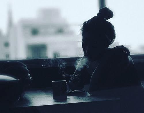 Bugün her zaman gittiğim çay bahçesinde tükenmiş bir kadına rastladım,Tam karşımdaki masaya oturdu ve bir kahve söyledi.İstemeden de olsa gözlerim takıldı haline,Gözlerini kırpmadan denize daldı,uzunca bir süre,Dudaklarını ısırıyor du,Boğazındaki hıçkırık mani oluyordu yutkunmasına,Gözbebekleri kuruydu belki ama,Belliydi içine ağlıyordu.Dayanamadım gittim masasına ve müsade istedim,Ama o beni duymuyordu,Gözlerine baktığımda buğulu ve boş bir çift bakış gördüm,Öylesine sır doluydu ki,Sanki konuşsa tüm deniz taşacak gibi bakıyordu,Afedersiniz neyiniz var dedim çekinerek,Eğdi başını utanarak,hiç dedi,Hiç bir şeyim yok iyiyim dedi,İyiyim dedi demesine ama,Ne titreyen sesine engel olabiliyordu,nede ellerine,Belli ki çok sevmiş ti,çünkü kirpikleri gibi sesi de titriyordu,Belliydi titremekten konuşamıyordu,Eğer açılacaksan ağla dedim,Ne öğrenmek istiyorsun dedi,Bu tükenmişliğinin sebebi ne dedim?Tükenmedim,sadece yitirdim dedi,Hemen apar topar bir sigara yaktı,Derin bir nefes çekti,Ve sevdim anlıyormusun? çok sevdim dedi,Öyle çok sevdim ki!Her şey öyle güzeldi ki!Ama yitirdim işte dedi,Sadece onunla nefes alabiliyor,Sadece ona gülebiliyordum,Ve o hiç bir zaman benim olamayacak tı, biliyordum,Çünkü o benim yasaklım dı,O benim kutsalım,O benim vuslatı olmayan hasretim di,O beni hiç kırmaz,üzmez,kıyamaz dı,O benim ağlamamı hiç istemezdi,Ve ben ona yemin ettim hiç ağlamayacaktım,Peki ama gitti o artık yok dedim,O bende hep varolacakYüreğime hapsolacak,O bende hep saklı kalacak dedi,Şimdi sen bana açılacaksan ağla diyorsun ya!Ben ağlarsam,onunda gözleri ıslanır ve ben ona kıyamam dedi...SUSTUM!!! Sinan Yıldızlı#busözlerisanayazdım #şiirsokakta #söz#felsefe #kadın #kadınım #Kitap #edebiyat #yeni#ask #özlemek #özlem #hasret#aşk #kütüphane #eser #zühre #tahir #busözlerisanayazdım #yeni #hasret #mey #meyhane #in #inst #instagram #instapic #instagood #Şair #Şiir #Kitap#edebiyat #ins #instamusic #instamusic #instacool