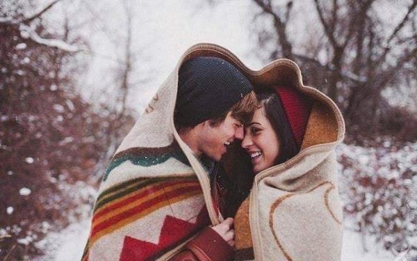 Bana çok şey öğrettin sen,Aşk'ı öğrettin,alışmayı,bağlanmayı,bir kadını bağrına basıp, ölünceye kadar o kadına sadık kalmayı öğrettin.Tutkuyu öğrettin sen bana,Yarına inanmayı,özlemeyi,beklemeyi,huzur denen kavramı,vuslat denen bayramı öğrettin.Beni bilirsin sana sarıldığımda hep içim geçer kollarında,gözlerim ağırlaşır,sanki yüzyıllardır uykusuzmuşum gibi kıvrılırım koynuna,sen bana gözlerim kapalıyken bile görmeyi,huzurla uyuyup musmutlu uyanmayı öğrettin.Sen bana sahiplenmeyi,sahip olmayı,ait olmayı,tüm günahlarıma ortak olup mahşerde şahit olmayı öğrettin.Gülmeyi öğrettin sen bana,bir gamzem olduğunu bile sen hayatıma girdikten sonra farkettim,şımarmayı,çocuk olmayı,çocukça hayaller kurmayı sende öğrendim ben.Sevdanın şivesi nasıl da yakışırdı diline,sevdalık neymiş? sadelik neymiş?sevmek nasıl da baş döndüren bir eylemmiş?hepsini yaşadım,yaşattın...Yasak olman umurumda bile değil,çünkü sen bana aşkın engellere takılmadığını,kural tanımadığını,ve kalbin kan pompalamaktan başka işe yaradığını da öğrettin.Hayatın ne kadar anlamlı olduğunu,hayatımın anlamı olduğunda anladım ben,tüm kızgınlıkların bile bir tek gülümsemeye yenildiğini,güven duygusunun bütün egoları alt üst edip aşka,sadece aşka, inanıldığını gözlerinden okutarak öğrettin bana.Merhameti,insanlığı,duyarlılığı,tutarlılığı ve bağlılığı,yüreğimde yaptığın devrimle değişmesi teklif dahi edilemeyen bir anayasa ya bağladın sen.Düştüğüm yerden kalkmayı,yeniden başlamayı,şükretmeyi öğrettin.Ve ben artık yakıştırmıyorum ömrüme hüzünü,çünkü gülünce dünyayı güzelleştiren bir sevdiğim var benim,sancılı geçen onca yılın ardından nefesinde doğduğum,adını sonsuzluk koyduğum kadınımsın sen.İki lafı bir araya getiremezdim senden önce,şimdi ne desem şiir olup dolar avuçlarına,sen bana kelimelerin kifayetini öğrettin.Gökyüzünü bu kadar seveceğime ihtimal dahi veremezken,sen beni bulutların üzerine çıkardın,yolunu kaybetmiş düşlerimin pusulası oldun,artık daha özgürce haykırabiliyorum sevdamın baş harflerini,ve iddia ediy