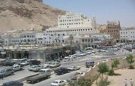 سيئون : محتجون يقطعون شارع الجزائرمطالبين بصرف مرتباتهم
