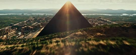 Filmin açılış sahnesi: Apocalypse'in piramidi.