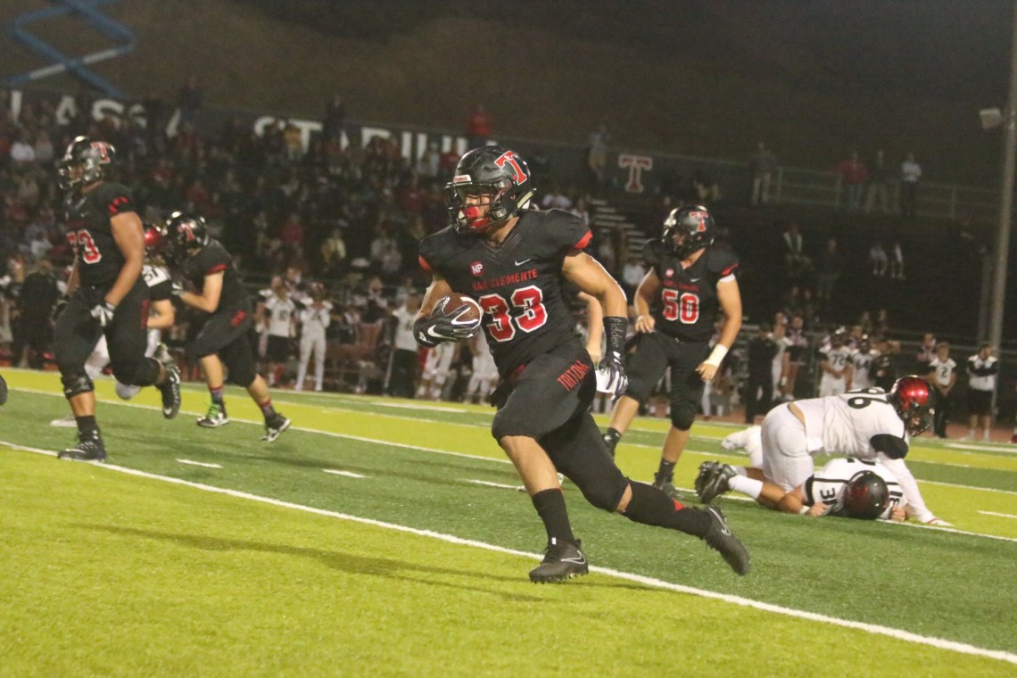 Austin Whitsett carries the ball against Murrieta Valley. Photo: Eric Heinz