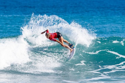 Kirra Pinkerton deafeats Keala Tomoda-Bannert to win the 2018 Taiwan Open World Junior Championships at Jinzun Harbour, Taiwan. Photo: WSL/Hain