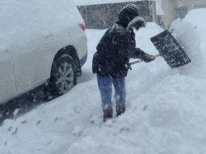 Aqui Marithe paleando la nieve, si no limpian desde la puerta los camineros y la vereda reciben multa