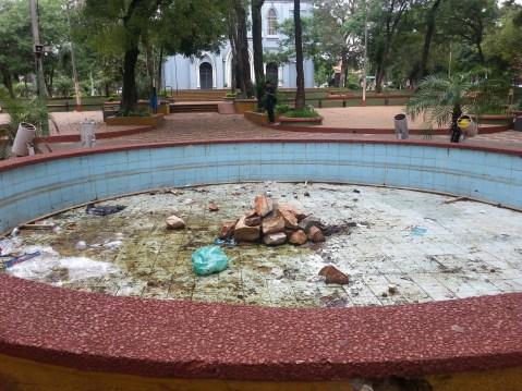 Este era el estado de la fuente de la plaza hasta el pasado viernes