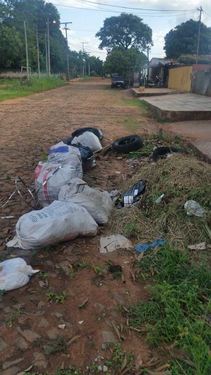 La basura esta tirada en plena calle sobre José M. Cazal