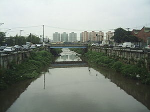 Rio-Tamanduateí-na-divisa-de-São-Paulo-à-direita-e-São-Caetano-do-Sul-à-esquerda.