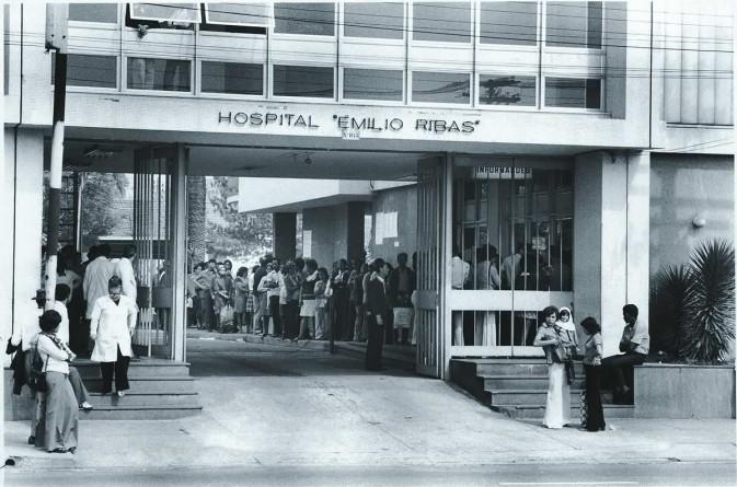 Hospital Emilio Ribas em 1974. Na imagem, pacientes fazem fila para tratar da meningite.