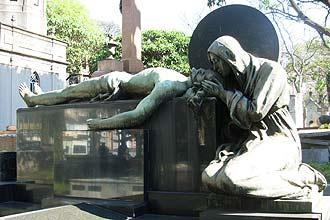 Pietá-em-bronze-em-sepultura-de-cemitério-da-Consolação