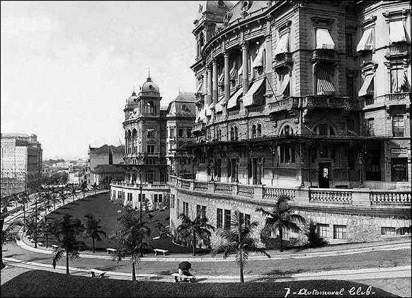 Em primeiro plano o Palacete Prates 2 sede do Automóvel Club, e a seguir o da Prefeitura e Câmara Municipal, ambos formando o cenário do Boulevard Parque do Anhangabaú, em 1921