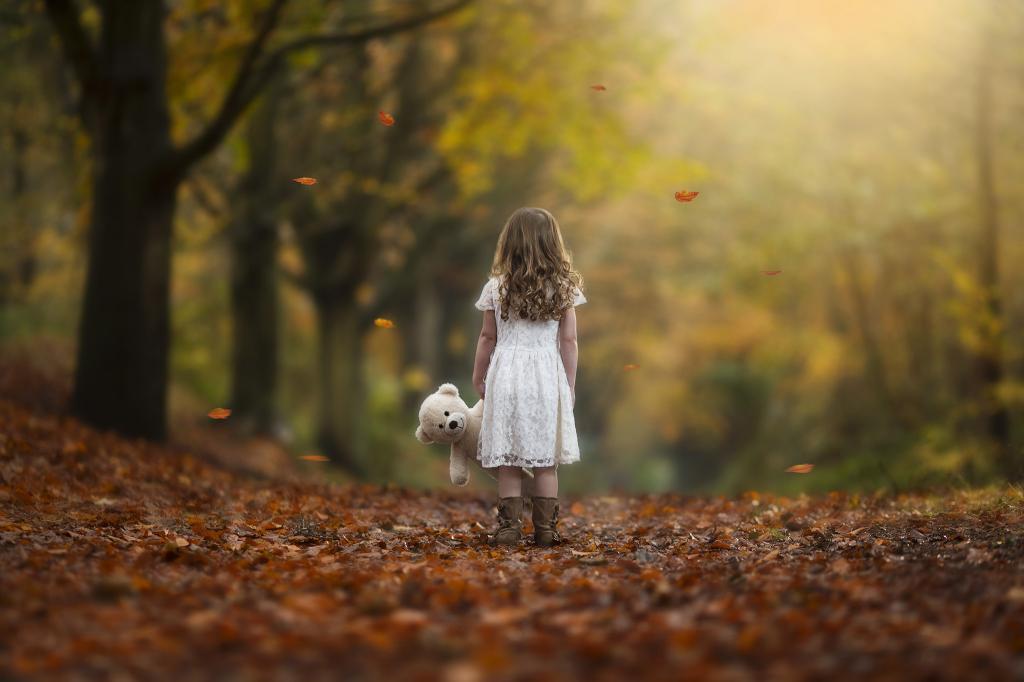Lonely Girl Walking Wallpaper إجابات للطفل عن الموت مجلة سيدتي