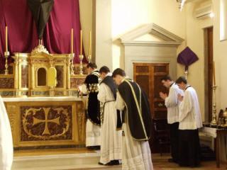 04 - Pendant le chant des 9 oraisons - le diacre porte le stolon - les ministres sont rangés derrière le célébrant côté épître.