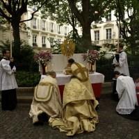Fête-Dieu 2012 : procession dans les rues de Paris : au second reposoir