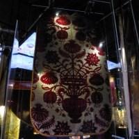 Velours ciselé cramoisi du Garde-meuble de la Couronne. Tours ? XVIe. Tissus provenant du carrosse du sacre d'Henri IV
