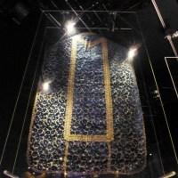 Velours bleu aux grenades. Italie du Nord premier quart du XVIIe. Le bleu était très répandu au Moyen Age sous le nom de « hyacinthe », entre autre pour remplacer le noir et le violet. Jusqu'au XVIIème, le pape l'employait le mercredi des Cendres