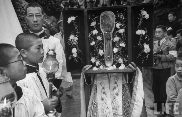 Nagasaki : juin 1949 – messe pontificale célébrée dans les ruines de la cathédrale en l'honneur des 400 ans de l'arrivée de saint François-Xavier au Japon - la relique du bras de saint François-Xavier, venu de l'église du Gesù à Rome, où elle est conservée