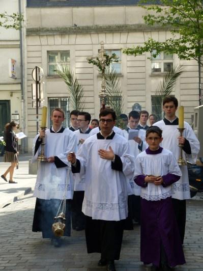 Rameaux 2014 - 11 - procession dans la rue Sainte-Cécile