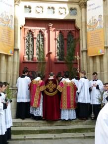 Rameaux 2014 - 15 - station devant les portes de l'église