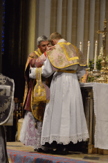 25 Au baiser de paix, le pontife transmet la paix aux nouveaux prêtres © François N