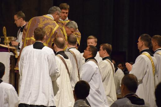 28 Communion des nombreux diacres de la Fraternité Saint-Pierre © Schola Sainte Cécile