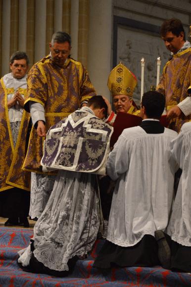 35 Déploiement de la chasuble des nouveaux prêtres © François N