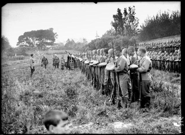 Avril 1916 - Réunis sur la place d'armes du camp Mirabeau, près de Marseille, les hommes de la première brigade russe reçoivent la bénédiction du Pope avant leur départ pour le front