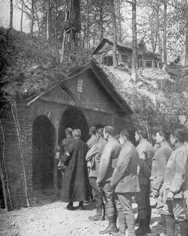 Des soldats français entendent la messe dite dans une chapelle de tranchées - New York Times du 25 février 1917