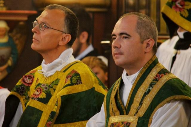 Le nouveau curé et son vicaire pendant le chant de l'épître par le sous-diacre.