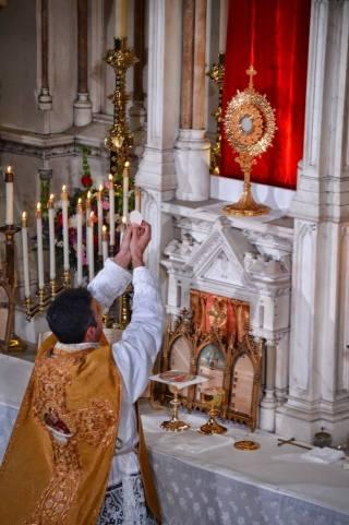 Messe de reposition des Quarante-Heures célébrée devant le Saint-Sacrement exposé.