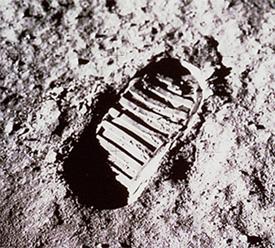 62043main_Footprint_on_moon